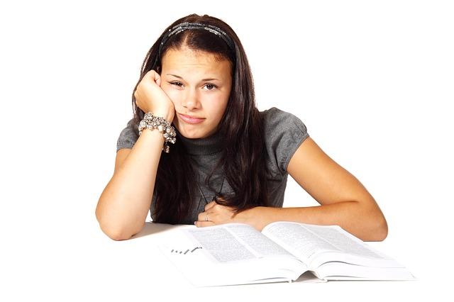 Persona preocupada por los exámenes